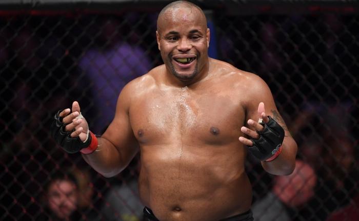 Daniel Cormier přemohl šťastného hrdinu z UFC 229 Derricka Lewise